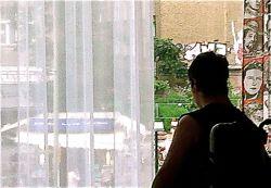 Alex schaut aus seinem behindertengerechten Zimmer im Arcotel Velvet in Berlin Mitte