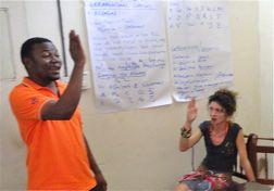Ein Gebärdensprachenlehrer zeigt einer Schülerin eine Gebärde