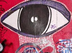 Eine Wand, auf der ein Auge gemalt ist