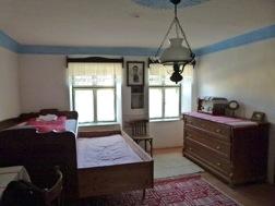 Ein traditionell eingerichtetes Zimmer mit einer Kommode, aus der man Bettladen herausziehen kann