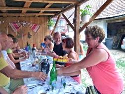 Bei den Mahlzeiten sitzen die Gäste mit den Gastgebern an einem Tisch