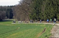 Radler in grüner Landschaft