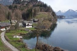 Idyllische Seenlandschaft mit Häusern