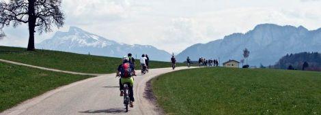 E-Biker auf einer Straße vor Bergkulisse