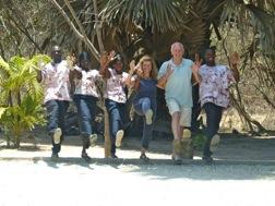 Sechs lustige Leute aus dem Sandele Team tanzen zum Abschied Cancan