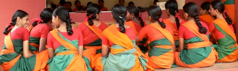 Keralesische Mädchen in bunten Saris
