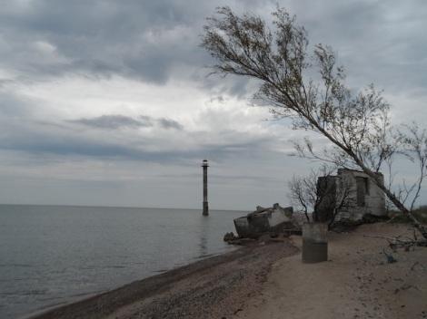 Ein Leuchtturm vor der Küste der Insel Saaremma