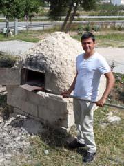 Gästehausbetreiber Yusuf demonstriert seinen Steinbackofen