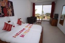 Das Bett in dem schönen Hotelzimmer ist mit Blütenblättern dekoriert