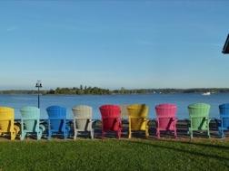 Eine Reihe bunter Sessel