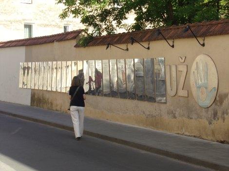 Auf einer Mauer sind zig Sprachversionen der Verfassung Uzupis gesammelt