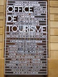 Unbeabsichtigt antastbar: Viele Sehenswürdigkeiten in Metz sind mit Schildern versehen, in die Namen als Buchstaben-Relief eingelassen sind.
