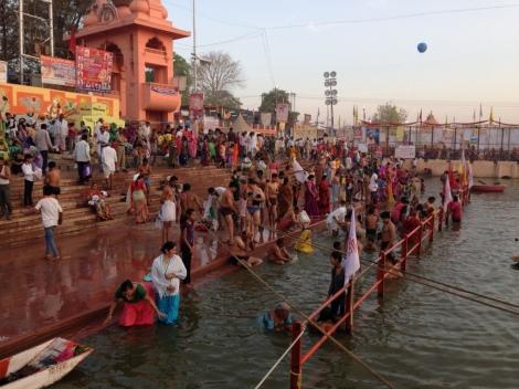 An den Ghats, den Badestellen, nehmen die Menschen ihre rituellen Waschungen vor