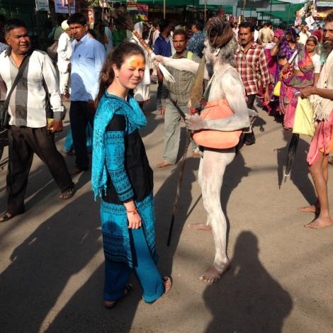 Das passiert auch nicht alle Tage: Ein nackter Mönch haut den Leuten mit einer Pfauenfeder auf den Kopf