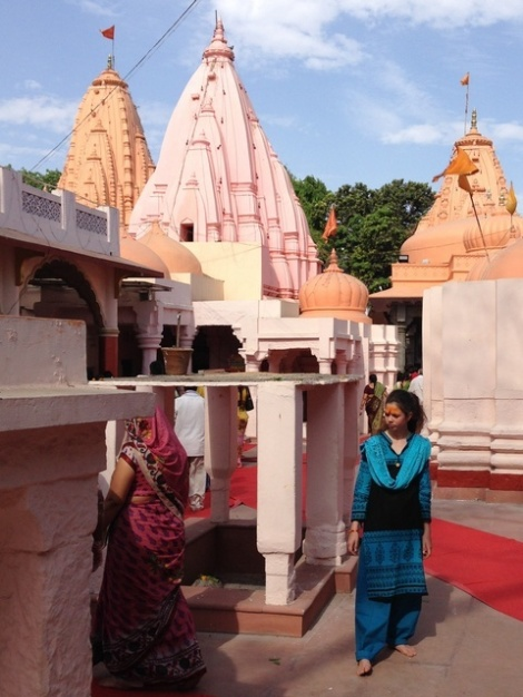 Tamuna beim Tempelbesuch