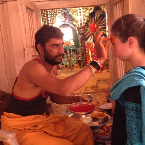 Ein Priester malt Tamuna ein Glückssymbol auf die Stirn