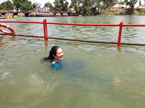 Tamuna beim Bad im Fluss Kshipra in Ujjain