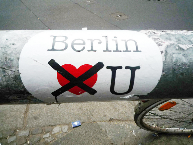 "Foto: ""Berlin does not love you sticker"" credit https://www.flickr.com/photos/antjeverena/5751212722"