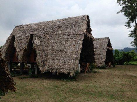 Zwei Hütten eines Eco-Camp nahe dem Namdapha Nationalpark im indischen Bundesstaat Arunachal-Pradesh