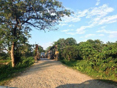 Ein LKW überquert eine schmale Brücke auf einer Holperpiste in Indiens Nordosten