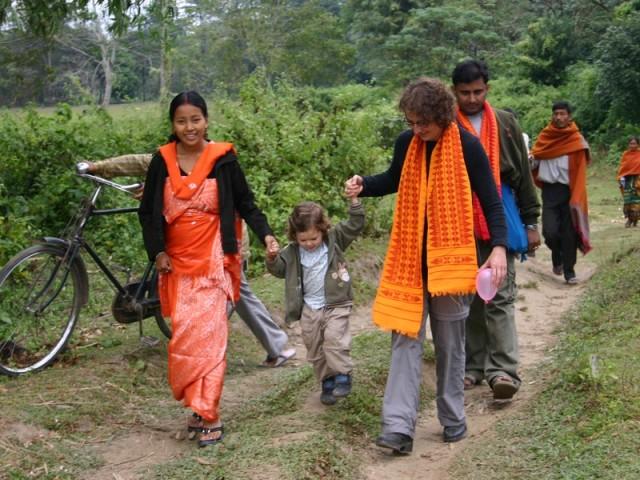Touristen und Einheimische gemeinsam unterwegs - Assam-Indien