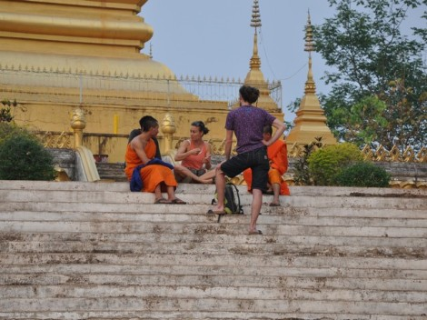 Jugendliche unterhalten sich mit Mönchen - Laos
