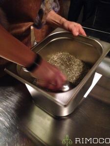 Rimoco Gewuerzmanufaktur in Saarbrücken - Der Chef beim Mischen der Gewürze von Hand
