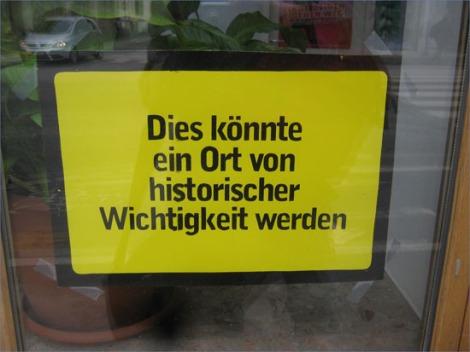 Schild in einem Schaufenster in Graz: Dies könnte ein Ort von historischer Bedeutung werden