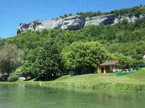 Das Kanu-Camp am Fluss Loue und die Felswände des Jura