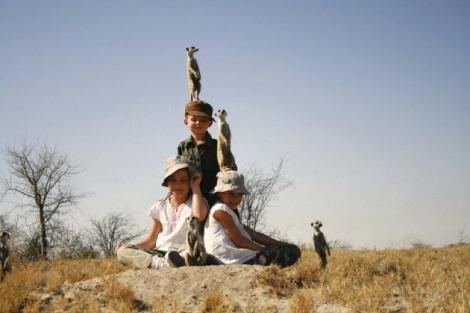 Kinder in tierischer Gesellschaft im Camp Kalahari in Botswana