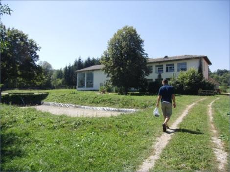 Aus einer verlassenen Dorfschule wird in internationaler Jugendarbeit ein Austausch- und Bildungszentrum (Foto: M. Bauer)