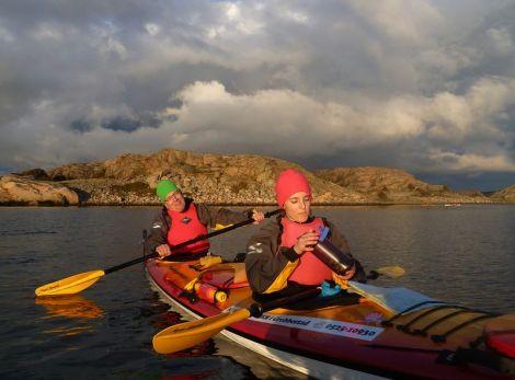 Westschweden ist ein Paradies für Freunde des See-Kajaks. Ein fröhlicher Paddler und seine Bootsfrau vor einer kleinen Insel.